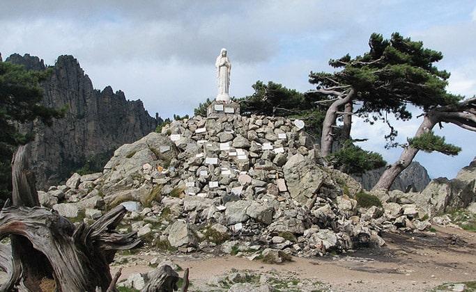 Статуя Богоматери Снегов Бавеллы